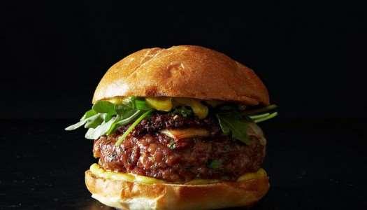 Βουβαλίσιο burger με καπνιστό χοιρινό ρολό και ρόκα
