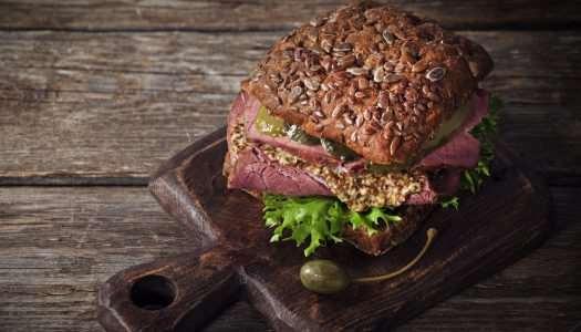 sandwich με καπνιστό βουβαλίσιo μπoύτι και sauce από ξερά σύκα