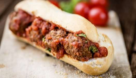 sandwich με βουβαλίσια σουτζουκάκια και mozzarella