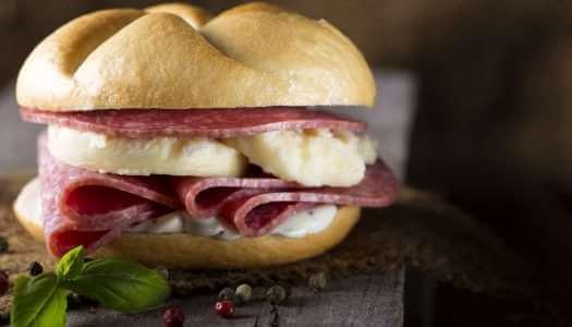 sandwich με καπνιστό βουβαλίσιο σαλάμι και καπνιστό τυρί
