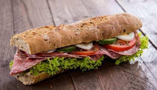 ένα υγιεινό sandwich με καπνιστό βουβαλίσιο σαλάμι